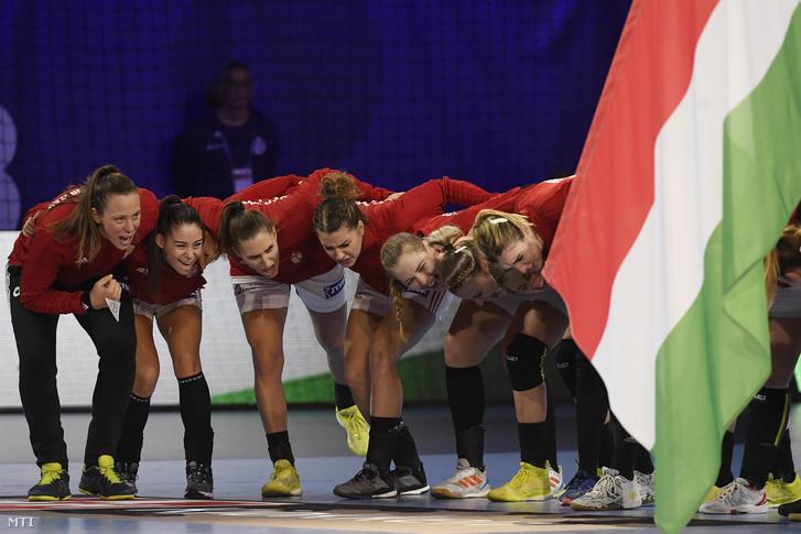 A magyar csapat tagjai a franciaországi női kézilabda Európa-bajnokság középdöntőjének második fordulójában Németország ellen játszott mérkőzés előtt Nancyban 2018. december 9-én.