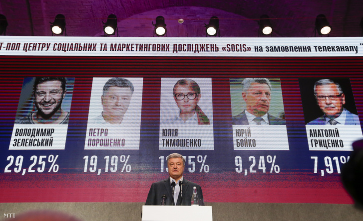 Petro Porosenko ukrán elnök beszél támogatóihoz a választás eredményével a háttérben a kijevi kampányközpontban 2019. március 31-én, az ukrán elnökválasztás első fordulója után. Az exit poll-felmérések eredménye szerint Porosenko és Volodimir Zelenszkij humorista, színész és producer jutnak be az ukrajnai elnökválasztás második fordulójába.