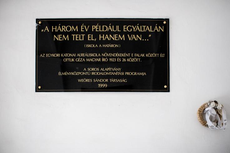 Az Ottlik emlékére állított tábla az iskola bejáratánál
