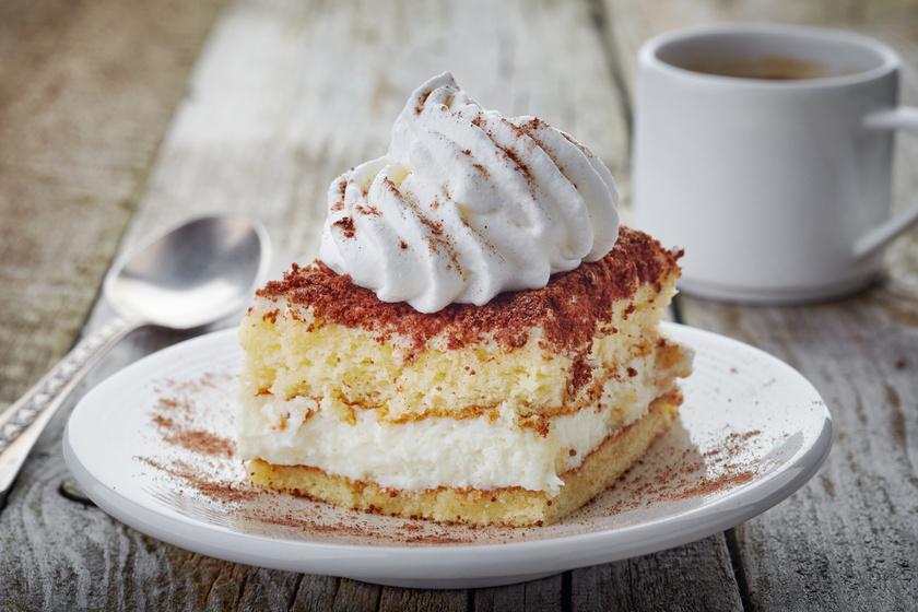 Emeletes, tejszínes süti puha piskótából: a házias sütik kedvelői imádják