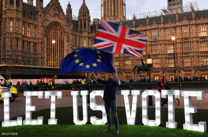 Brexit-ellenes tüntető Londonban, a Parlament előtt