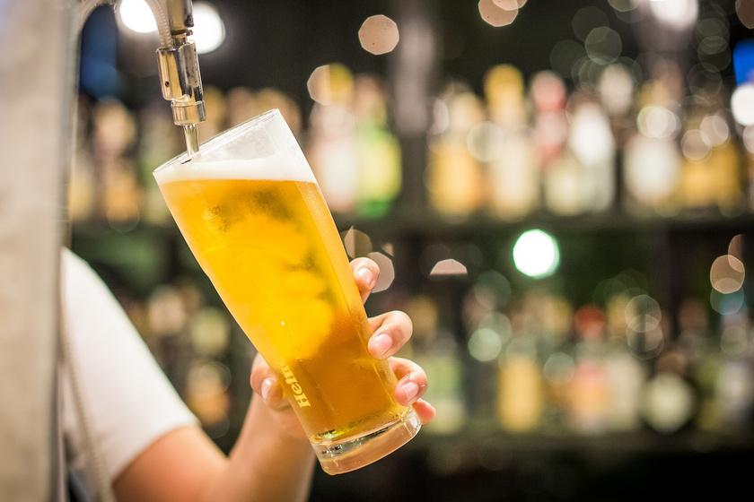 A sör a benne lévő szénsavnak köszönhetően egyenesen kiemeli a szőnyegből a kávéfoltot. Csak rá kell önteni az italt az elszíneződésre, és beledörgölni az anyagba. Régebbi foltok esetében lehet, hogy párszor meg kell ismételni a folyamatot.