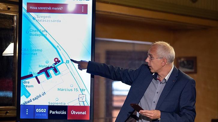 Király István, a Vodafone Magyarország vezérigazgató-helyettese mutatja be, a tesztprojekt keretében 135 darab parkolóhelyen kialakított budapesti okosparkoló működését 2018. szeptemberében