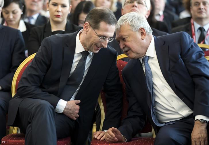 Varga Mihály pénzügyminiszter és Csányi Sándor, az OTP Bank Nyrt. elnök-vezérigazgatója (b-j) a Magyar Bankszövetség fennállásának 30. évfordulója alkalmából rendezett kétnapos nemzetközi találkozón az MKB Bank belvárosi székházában 2019. április 4-én.