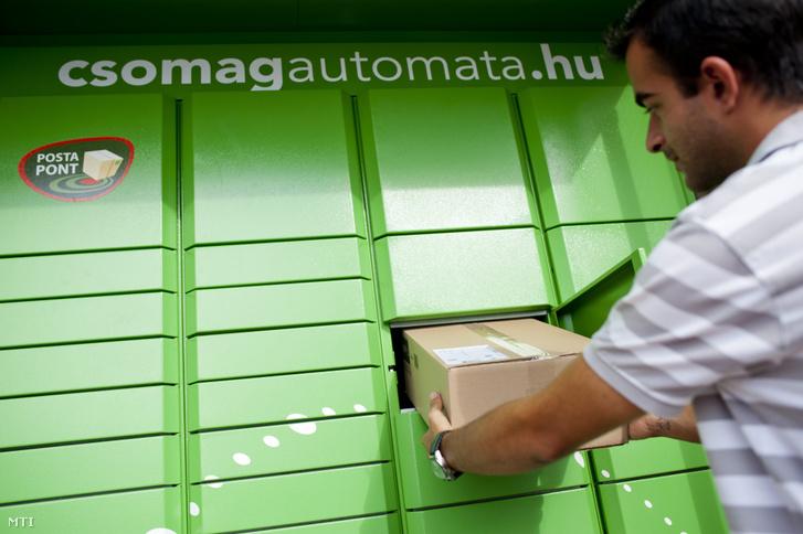 A Magyar Posta csomagautomatája egy Váci úti bevásárlóközpontnál Budapesten