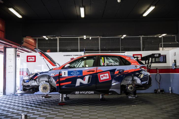 A 2018-as világkupa-győztes Gabriele Tarquini Hyundai i30 N TCR-je a BRC Racing garázsában.