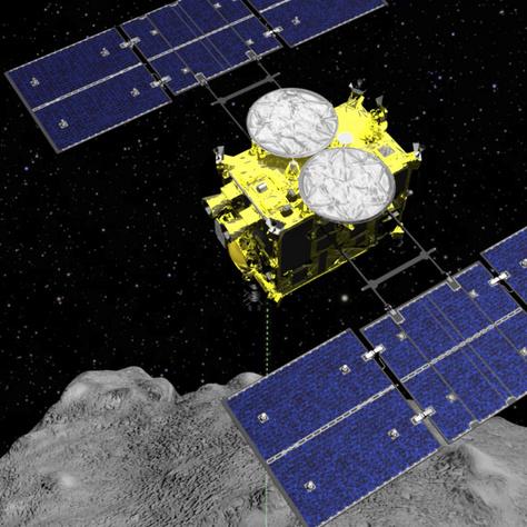 A Japán Űrkutatási Ügynökség (JAXA) által 2019. április 5-én közreadott számítógépes grafika a Hajabusza-2 (vándorsólyom) űrszondát ábrázolja a Rjugu kisbolygó felett. Ezen a napon a szonda robbanófejének, egy kicsiny kúpformájú eszköznek (Small Carry-on Impactor, SCI) valószínűleg sikerült krátert robbantania az aszteroida felszínén, a hír megerősítése azonban csak április végén várható.