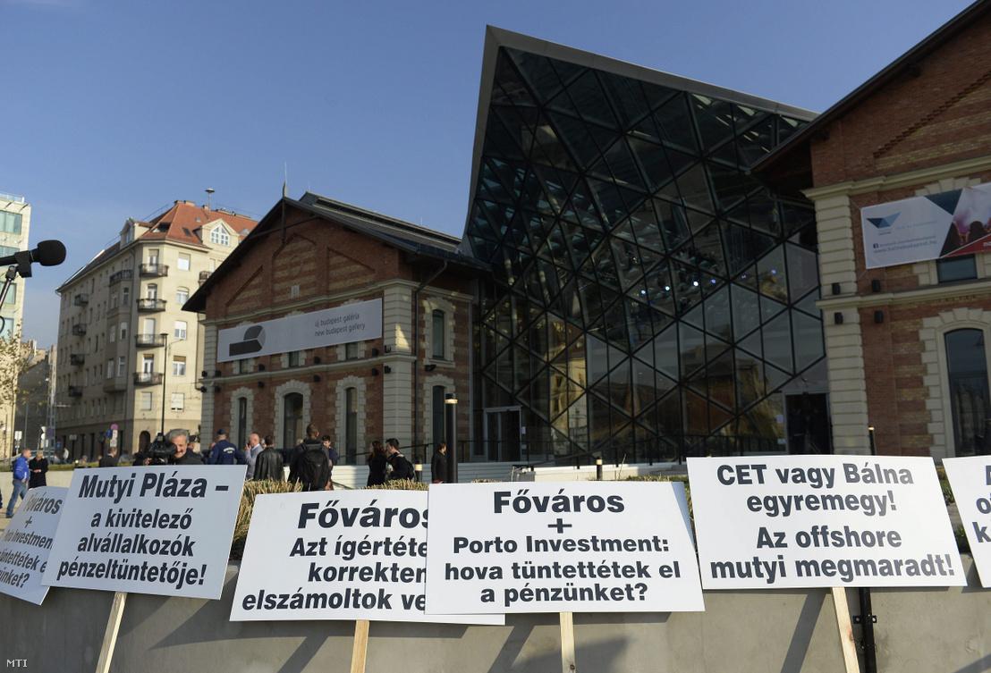 A Bálna Budapest kulturális központ (korábban CET) alvállalkozói tüntetnek a ki nem fizetett munkák miatt a megnyitó napján az intézmény előtt Budapesten 2013. november 8-án.