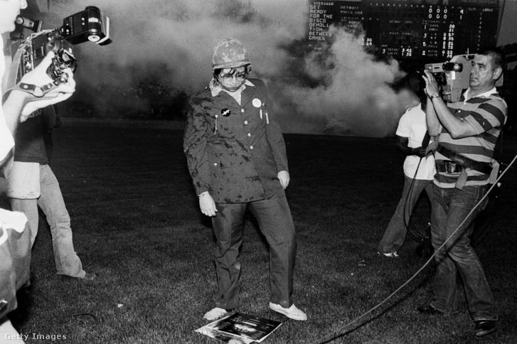 Steve Dahl egy halom lemezre bámul