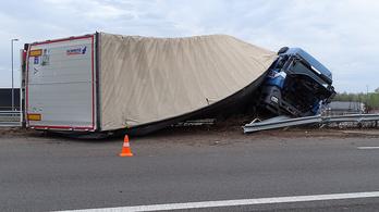 Felcsavarodott a szalagkorlátra egy kamion az M5-ösön