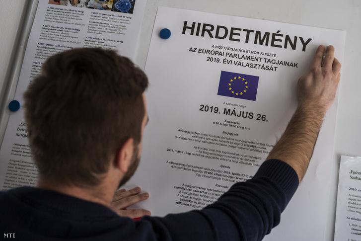 Kifüggesztik az európai parlamenti választás hirdetményét a XII. kerületi polgármesteri hivatalban 2019. március 11-én. Az Európai Unió tagországaiban május 23. és 26. között választják meg az EU törvényhozásának képviselőit, Magyarországon május 26-án