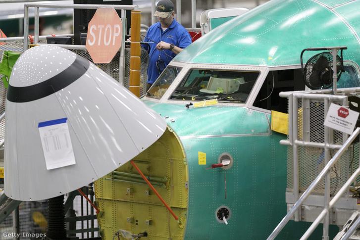 Boeing alkalmazott dolgozik egy Boeing 737 MAX 8 repülőn 2019. március 27-én