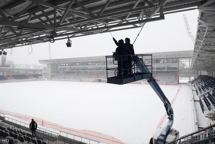 Szakemberek dolgoznak emelőkosárban az új Illovszky Rudolf Stadion építkezésén a XIII. kerületi Fáy utcában 2019. január 8-án
