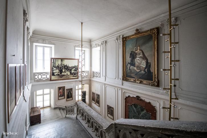 A Mária Terézia-festmény, amire azt hitték az oroszok, hogy Katalin cárnő. A körmendi Batthyány-Strattmann-kastély lépcsőházán még látszanak a kollégiumi évek nyomai