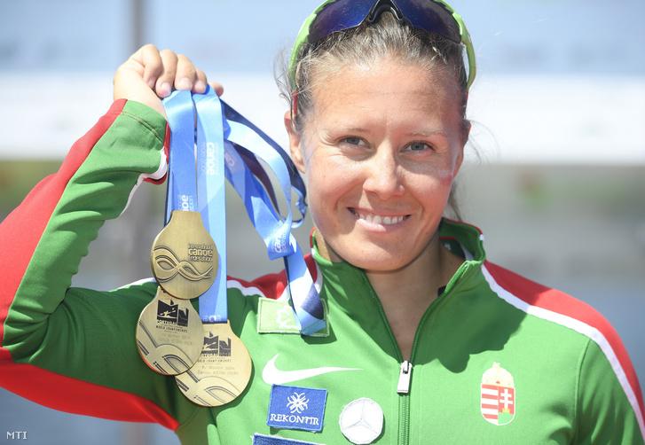 Kozák Danuta mutatja egyesben, párosban és négyesben nyert aranyérmét a portugáliai Montemor-o-Velhóban zajló kajak-kenu világbajnokságon 2018. augusztus 26-án