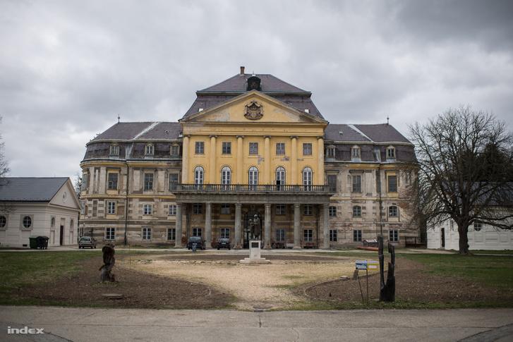 Ráférne egy alapos rekonstrukció a Batthyány-Strattmann-kastély főépületére és parkjára. A több mint félévszázados erkély mindenesetre már az épület történetének részévé vált