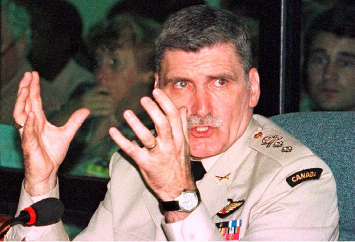 Romeo Dallaire kanadai tábornok tanúvallomást tesz a ruandai tömegmészárlás kivizsgálásával megbízott ENSZ Nemzetközi Törvényszék előtt 1998. február 25-én
