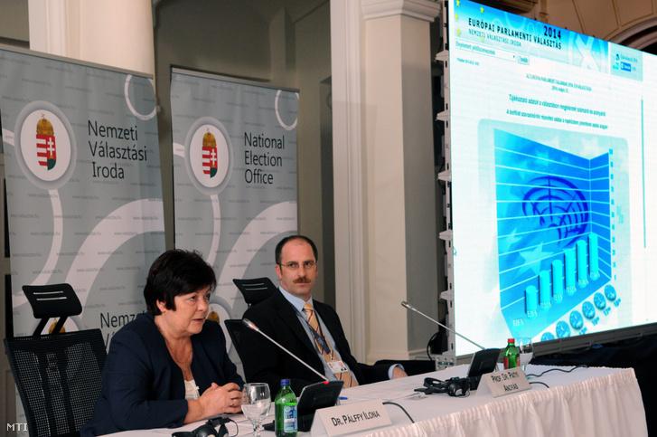 Pálffy Ilona, a Nemzeti Választási Iroda (NVI) elnöke és Patyi András, a Nemzeti Választási Bizottság (NVB) elnöke sajtótájékoztatót tart az NVI budapesti székházában az európai parlamenti választás napján, 2014. május 25-én.