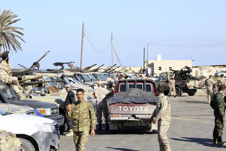 A nemzetközileg elismert egységkormányhoz hű erők Tripoli külvárosában április 6-án