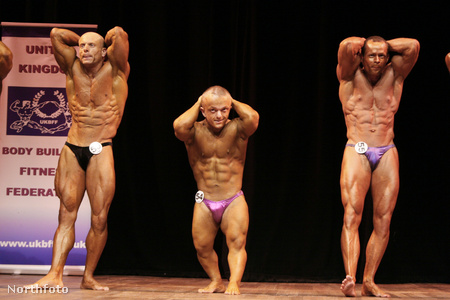 James Owen (segítünk: ő a középső) a 70 kg alattiak testépítő-versenyén