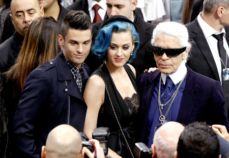 Bal oldalon az új pasi, Giabiconi, középen Perry, jobbra Lagerfeld. Párizsi divathét, Chanel bemutató után