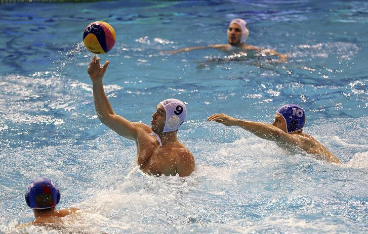 Erdélyi Balázs (b2) és az orosz Dmitrij Holod (j) a vízilabda férfi világliga selejtezőjének 5. fordulójában játszott Magyarország - Oroszország mérkőzésen a győri Aqua Sportközpontban 2019. február 19-én.