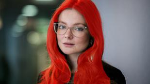 Mihalik Enikő itt viszont tényleg vörös hajú, plusz teljesen pucér is