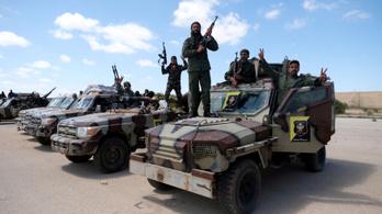 Több ezren menekülnek el Tripoliból