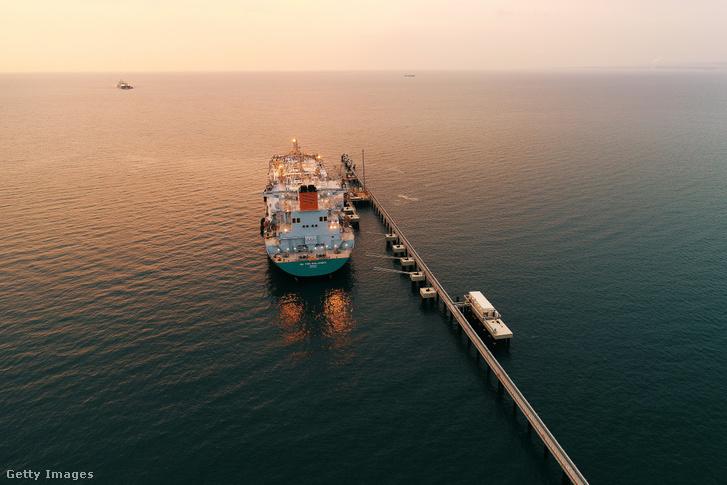 Cseppfolyósított gáz (LNG) szállítására és tárolására alkalmas hajó a Hatay kikötőben, Törökországban 2019. január 2-án