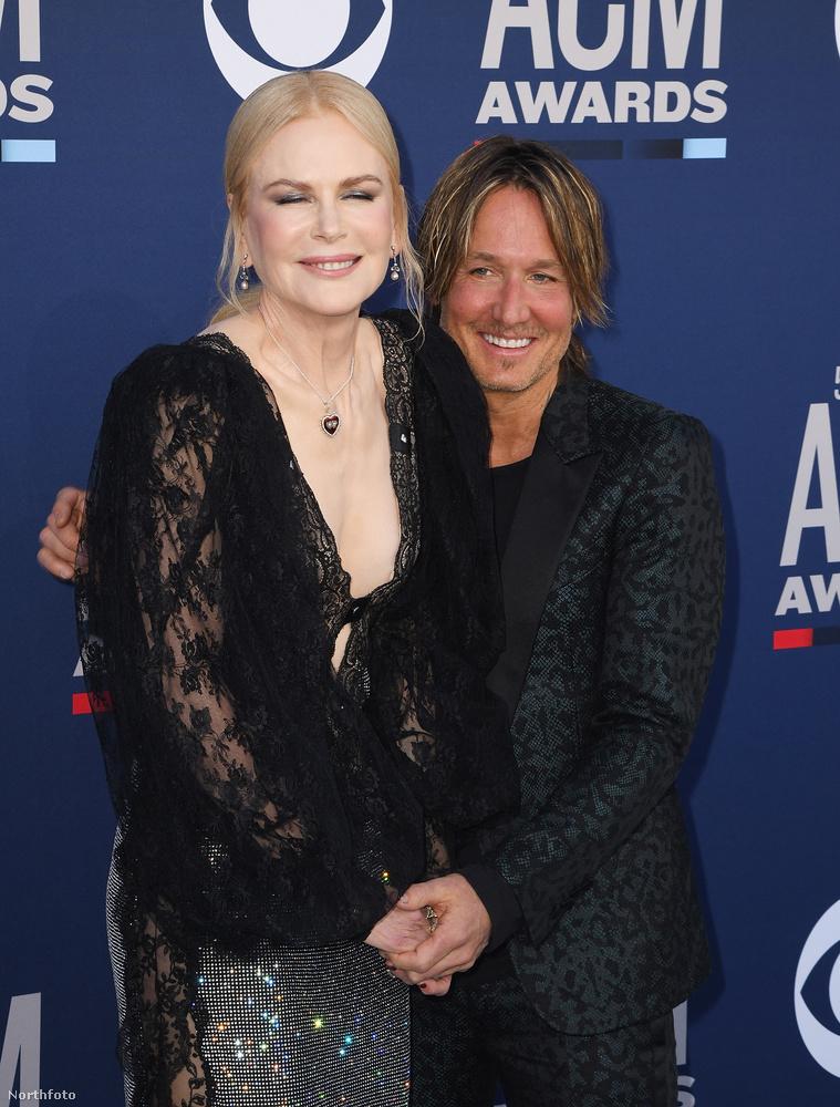 Pedig Nicole Kidman egyáltalán nem özvegyasszony, sőt, éppen, hogy a férjével gálázott itt, már csak azért is, mert az ACM Awards a country zene rendezvénye, és Kidman férje, Keith Urban ebben a műfajban zenél