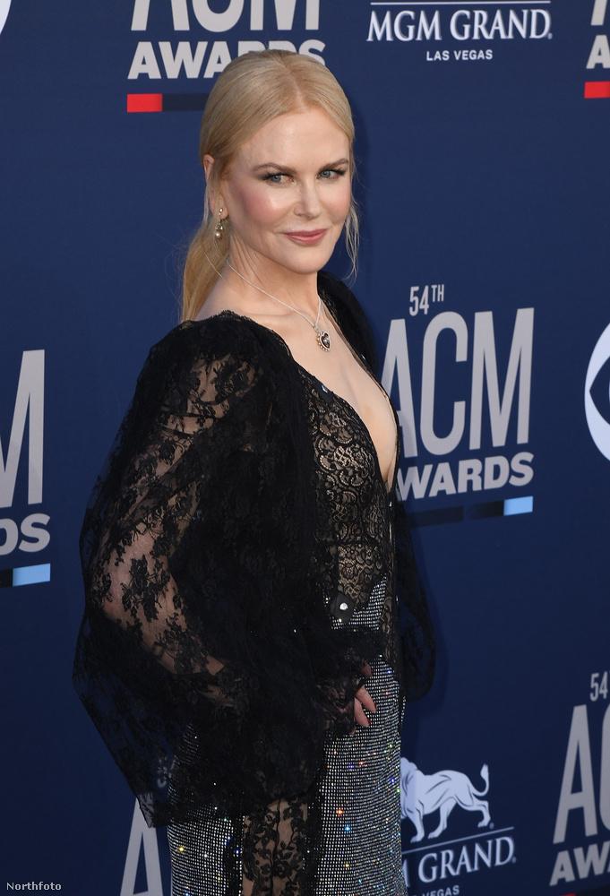 Nicole Kidman nagy kreativitással keverte a szexit az özvegyasszonyossal ezen az estén, sok fekete csipke és egy visszafogott frizura alkalmazásával.