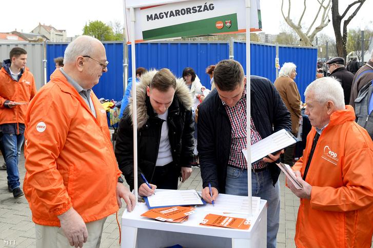 Aláírják az aláírásgyűjtő íveket a Fidesz országos aláírásgyűjtő akciójának kezdetén tartott sajtótájékoztató előtt az újpesti piacnál felállított aláírásgyűjtő standnál 2019. április 6-án
