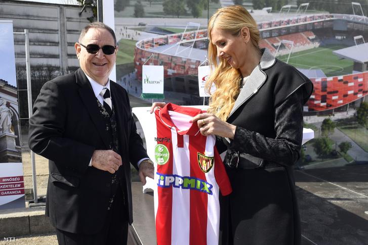 Szabó Tünde sportért felelős államtitkár és George F. Hemingway, a Budapest Honvéd labdarúgócsapat tulajdonosa az új Bozsik Stadion alapkőletételi ünnepségén a XIX. kerületi Puskás Ferenc utcában 2019. március 21-én