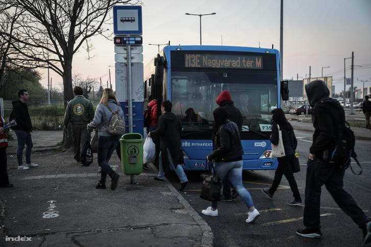 Szombattól ismét nem használható teljes hosszában az M3-as metró. Ezúttal a Nagyvárad tértől Kőbánya-Kispestig újulnak meg a megállók, emiatt ezen a szakaszon munkanapokon csak pótlóbuszokkal lehet közlekedni. Májustól hétvégenként nem csak ezen a szakaszon, hanem a Lehel térig járnak majd pótlóbuszok.