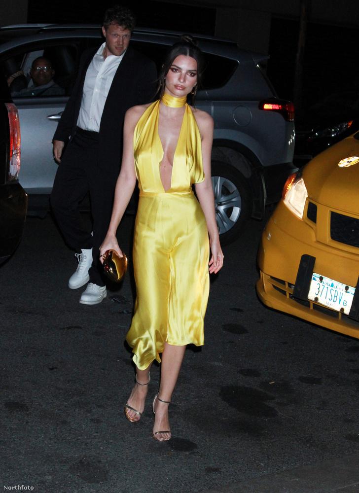 Emily Ratajkowski viszont egy sokkal inkább tavaszi lagziba illő színt választott, az aranysárgát.