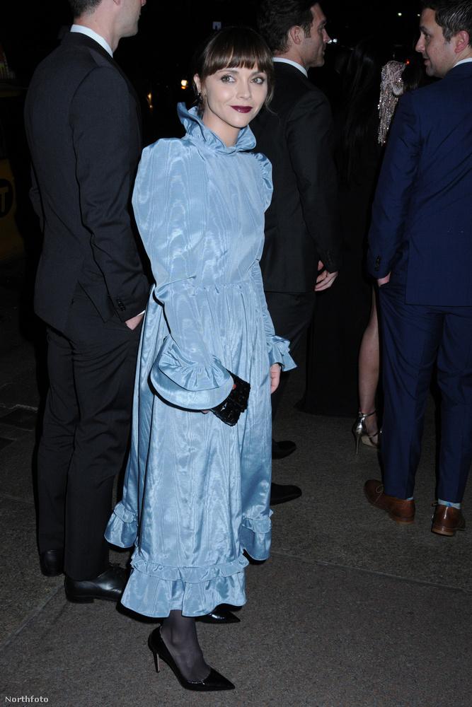 Színésznők is voltak ám a fogadáson, Christina Ricci például csodás kékben, csak kicsit bizarr színű alapozóval.
