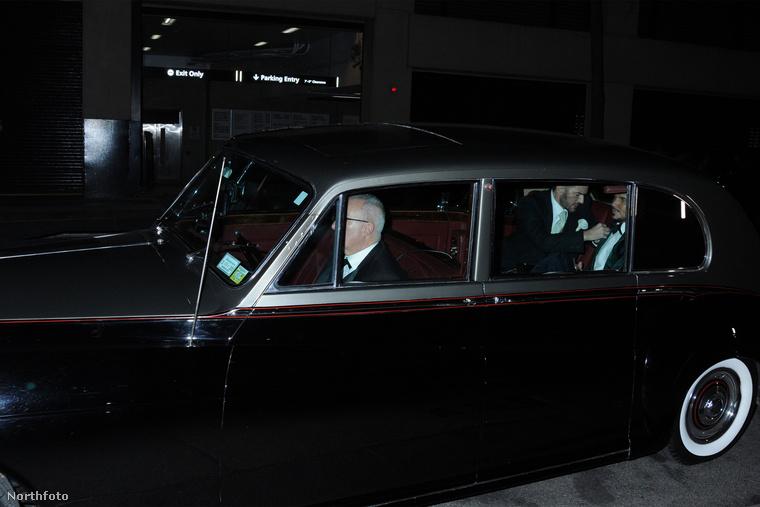 Ebben a Rolls Royce-ban Marc Jacobs divattervező érkezik vőlegényével az esküvőjükre.