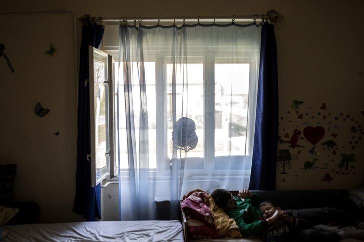 Csilla két fia: a hentesnek tanuló, 16 éves Gyuszi, és a legkisebb, a 8 éves – autista – Misike, a család hajdúdorogi házában