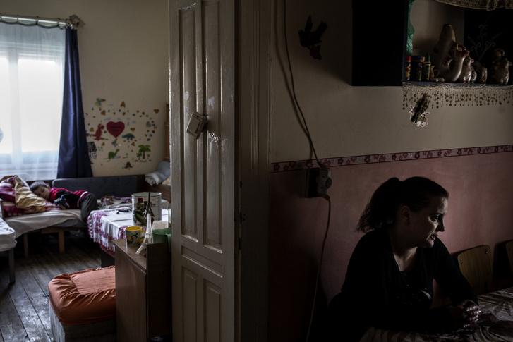 Csilla most, hogy lakhatásuk rendeződni látszik, a saját álmaival is foglalkozhat végre. Érettségi után gyógypedagógiát tanulna, és autizmusra szakosodna.