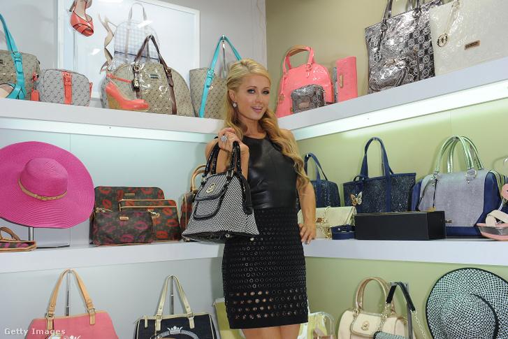 Paris Hilton a Paris Hilton Kézitáskák standján, a MIPEL 2013 kiállításon szeptember 15-én