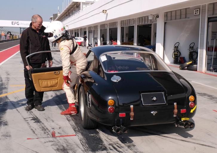 Ferrari 250 SWB megy neki a mogyoródi aszfaltnak