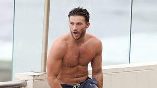 Scott Eastwood egy zuhany kíséretében megkezdte a nyarat