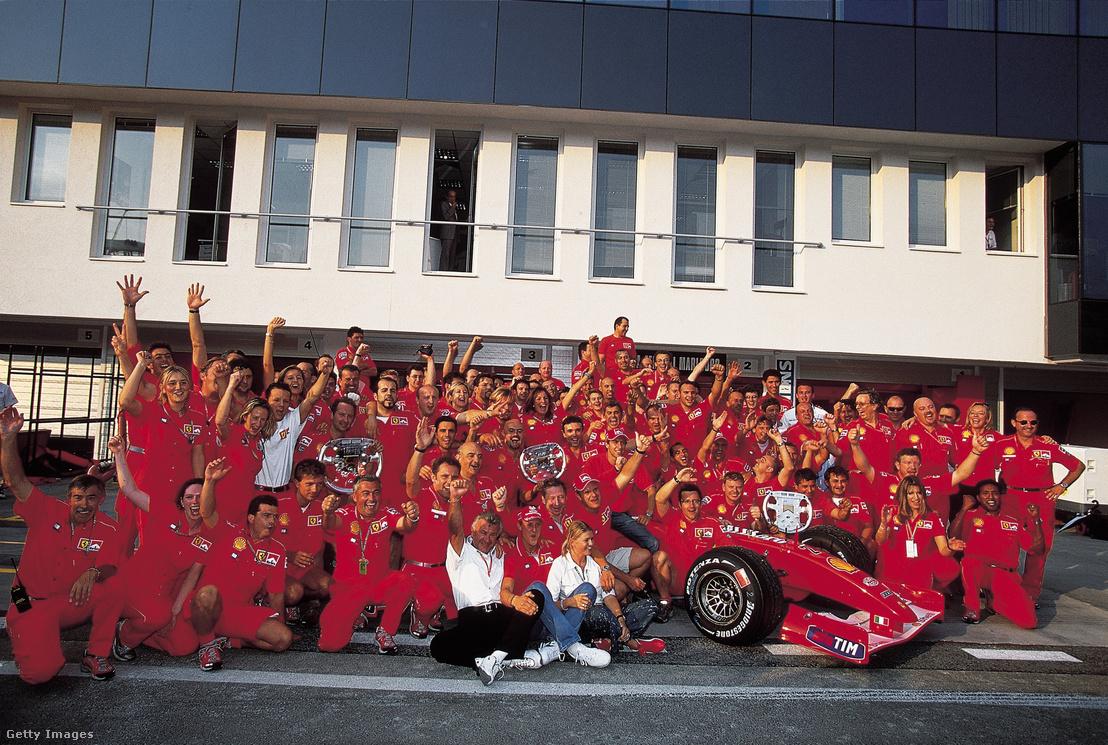 Michael Schumacher és a Ferrari csapat ünnepel 2001-ben a Hungaroringen. Ez volt a versenyző negyedik világbajnoki címe.