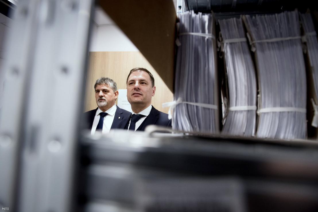 Tuzson Bence, a Miniszterelnökség közszolgálatért felelős államtitkára (j) és György István, Budapest Főváros Kormányhivatal kormánymegbízottja a X. kerületi Kőrösi Irodaház irattárában 2019. január 31-én