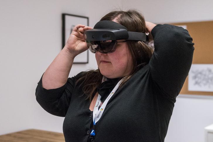 A cikk szerzője a Hololens 2 tesztelése közben.