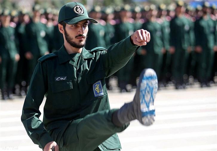 Az iráni Forradalmi Gárda egyik tisztje egy teheráni katonai akadémián 2018. június 30-án