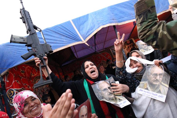 Haftar seregét támogató líbiaiaik demonstrációja Bengáziban, 2017. március 17-én.