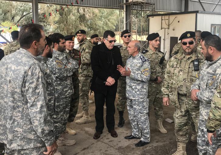 Fajez as-Szarrádzs kormányfő látogatást tesz a kormányerők katonai és biztonsági parancsnokságán 2019. április 5-én.