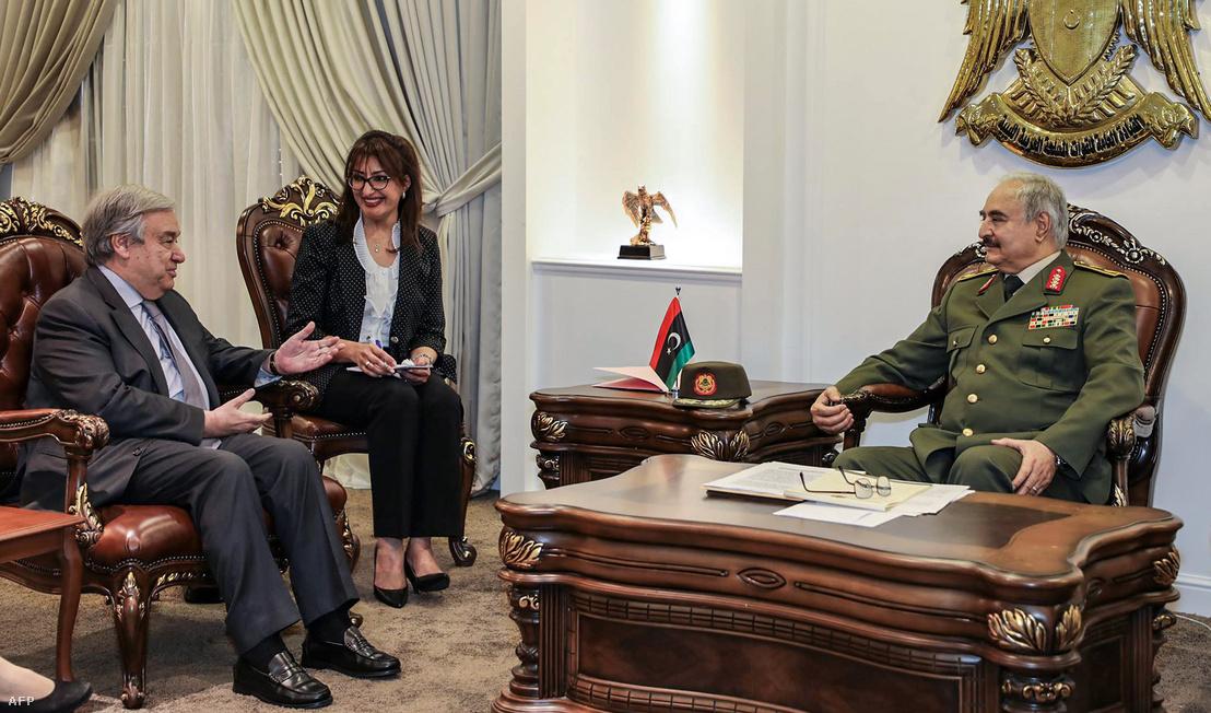 Kalifa Haftár és António Guterres ENSZ-főtitkár találkozója a Rajima katonai bázison, 25 kilométerre Bengázitól. A fotót a Líbiai Nemzeti Hadsereg adta ki 2019. április 5-én.
