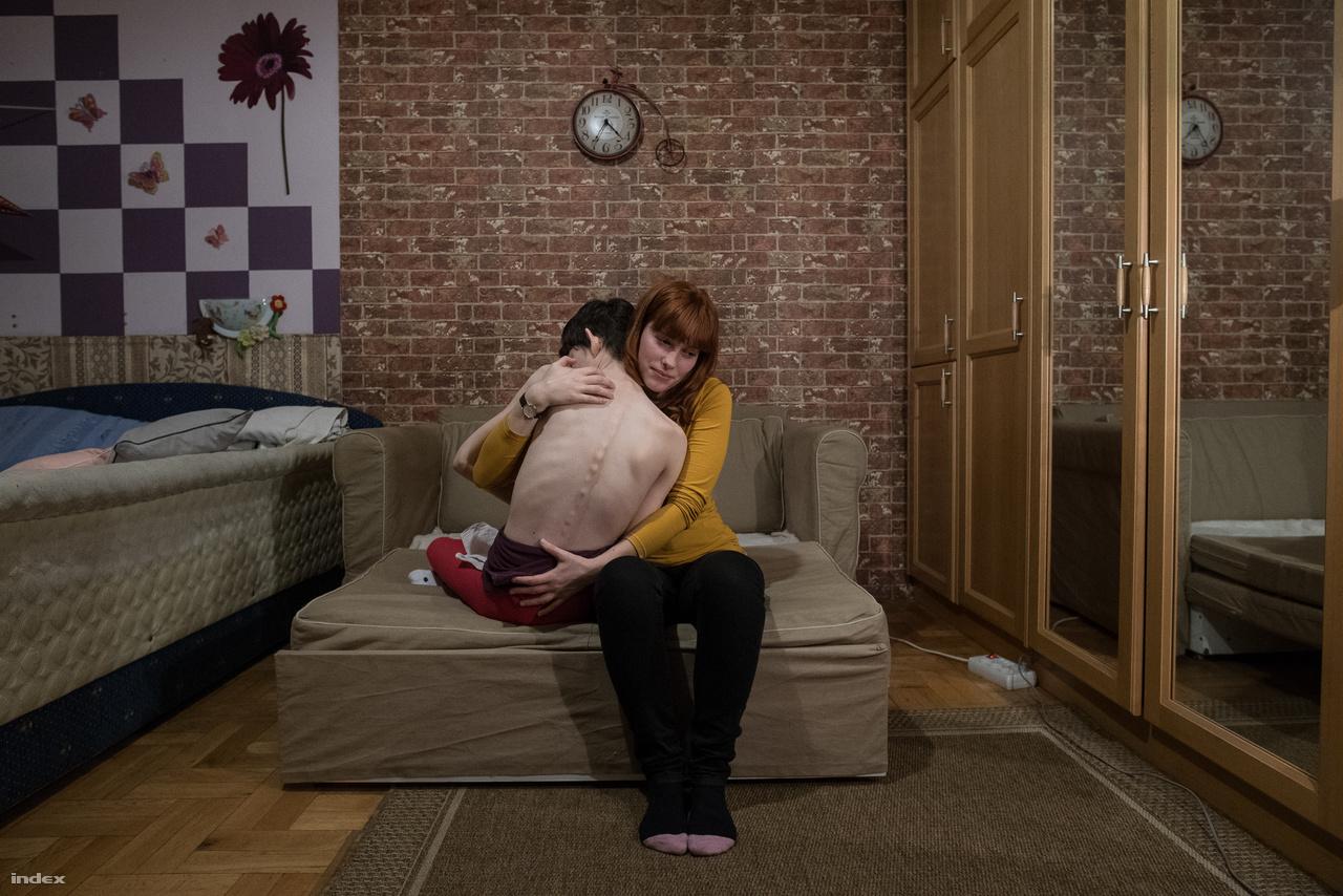 Niki születése után három és fél évvel megszületett Dóra. Egy szobában nőttek fel, egészen Dóra 19 éves koráig. Az iskolában gyakran nem tudta, hogyan beszéljen a testvéréről, igyekezett kerülni, hogy szembesülnie kelljen a beavatatlan ismerősök megrökönyödésével. Dóra átmenetileg Londonban él és dolgozik párjával, Mátyással. Sokat aggódik Niki és a szülei jövője miatt, többek között ezért is tervezik, hogy a közeljövőben visszaköltöznek Magyarországra.